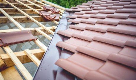 Pose et installation de tuiles en ardoise sur maison neuve à Louhans